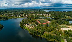 Alūksne położone jest nad brzegiem jeziora, w północno-wschodniej części Łotwy
