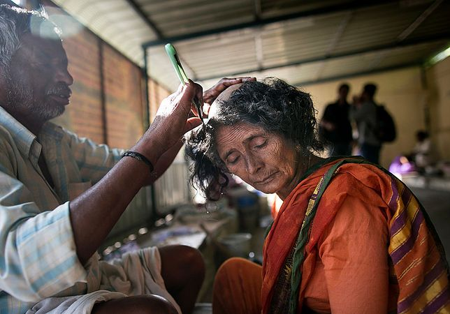Hinduski golą głowy w imię religii. Nie wiedzą, gdzie trafiają ich włosy
