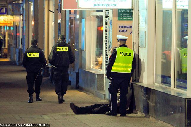 """Bezdomny kopnął policjanta, prokuratura mu odpuściła. Frasyniuk """"wierzgał nogami"""", usłyszał zarzuty"""