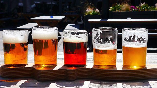 Decyzją GIS popularne piwo zostało wycofane ze sprzedaży. W butelkach miały się znajdować fragmenty szkła