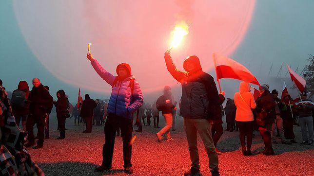 Marsz Niepodległości idzie ulicami Warszawy