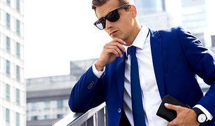 Niebieskie i granatowe garnitury nosi się cały rok, latem nieźle sprawdza się też kolor błękitny