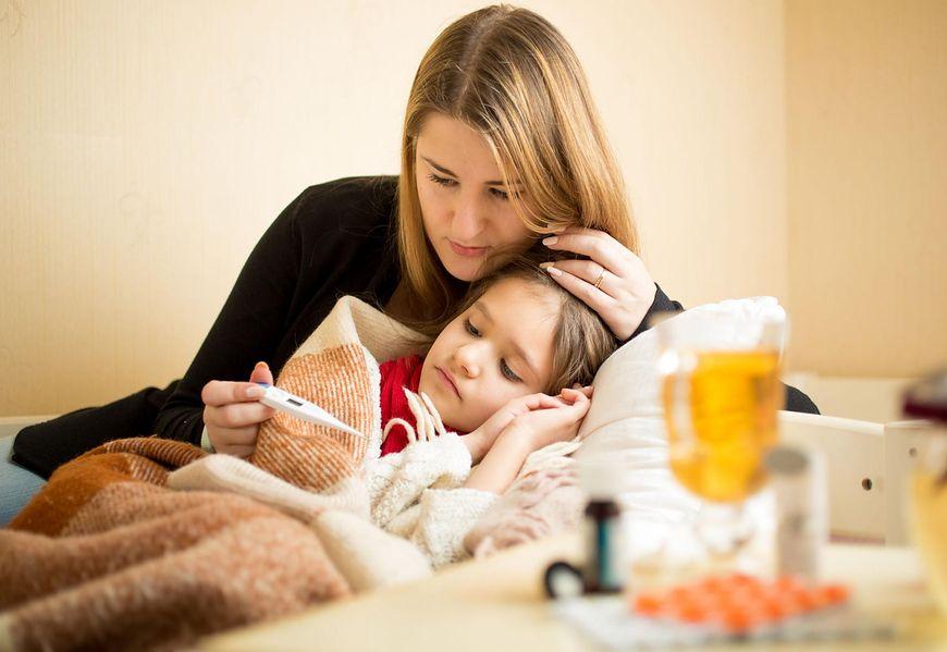 Dziecko z gorączką przy zapaleniu ucha
