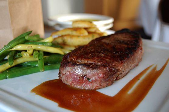 Chcesz zaskoczyć ukochanego wyjątkowym daniem na romantyczną kolację we dwoje? Przygotuj stek wołowy w przyprawach, a na pewno trafisz do jego serca