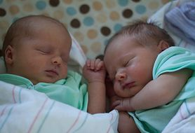 Dowiedz się, jak krok po kroku przebiega poród w przypadku ciąży bliźniaczej