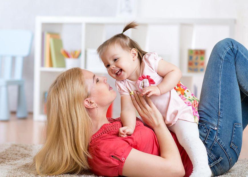Dziecko bawi się z mamą