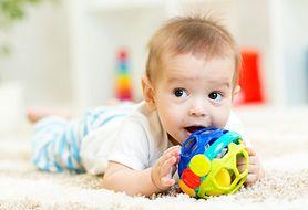 Zobacz, jak przygotować dziecko do zabawy na brzuszku