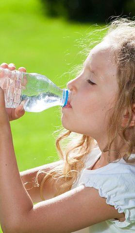 Dowiedz się, ile wody w ciągu dnia powinno pić dziecko, a ile osoba dorosła