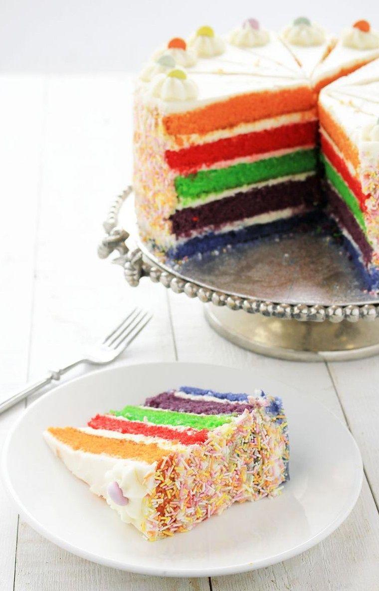 Tort tęczowy wygląda pięknie i jest smaczny