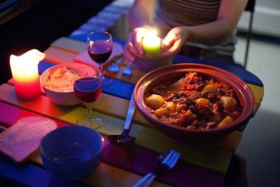 Zaskocz swojego ukochanego! Przygotuj romantyczną kolację w egzotycznym stylu. Polecamy sprawdzony przepis na tajine z wołowiną, która z pewnością przypadnie mu do gustu