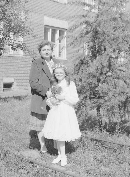 W 1987 roku niektóre dziewczynki szły do Pierwszej Komunii Świętej w sukienkach w kolano