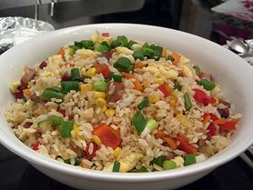 Pomysł na lekkie śniadanie - sałatka z ryżem i warzywami