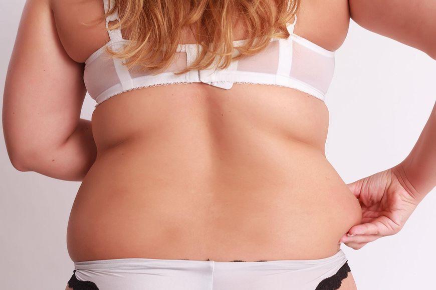 Słodycze, fast foody i brak ruchu prędzej czy później skutkują odkładaniem się tkanki tłuszczowej w naszym ciele