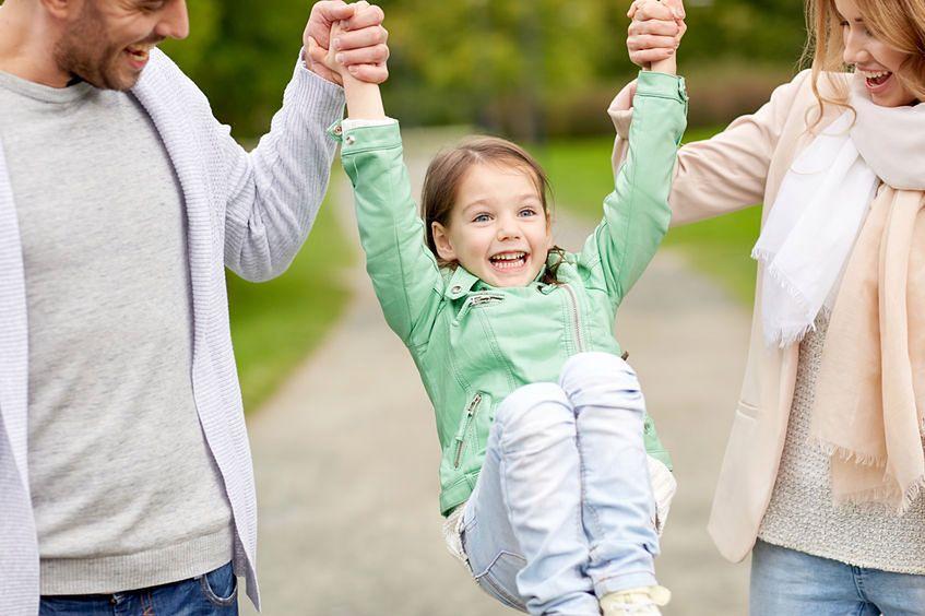 Unoszenie dziecka za ręce przez dwoje rodziców powoduje urazy w obrębie obręczy barkowej