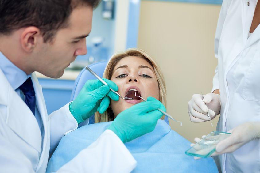 Podczas przeglądu jamy ustnej można wykryć np. cukrzycę