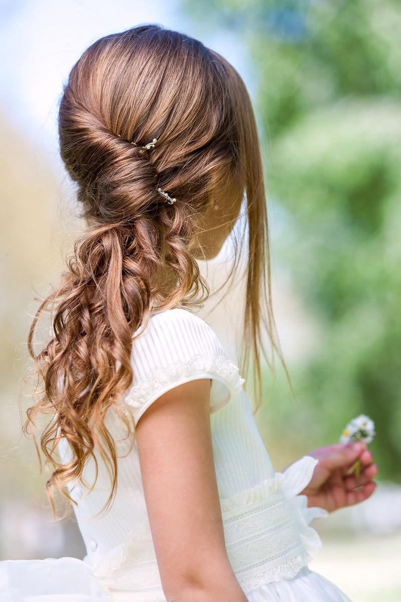 Koki, warkocze, kucyki to popularne fryzury dla dziewczynek z długimi włosami