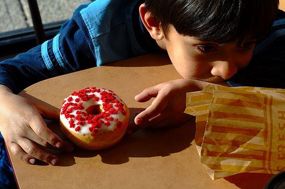 Słodkie przekąski kuszą dzieci. Sprawdź, czego unikać w ich diecie, aby zachowały odpowiednią wagę