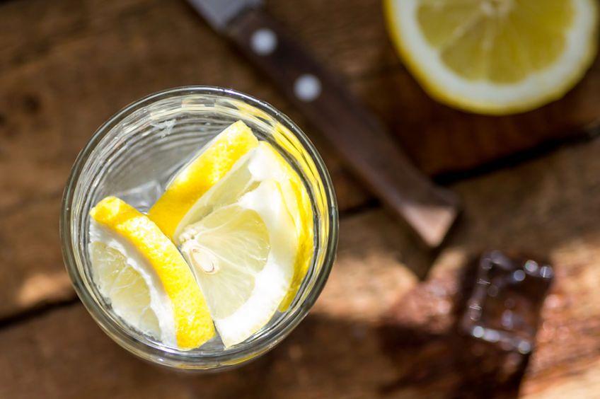Letnia woda z sokiem z cytryny