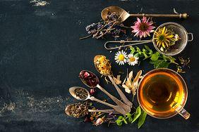 Herbaty na niedoczynność tarczycy. Poznaj właściwości ziół i przypraw