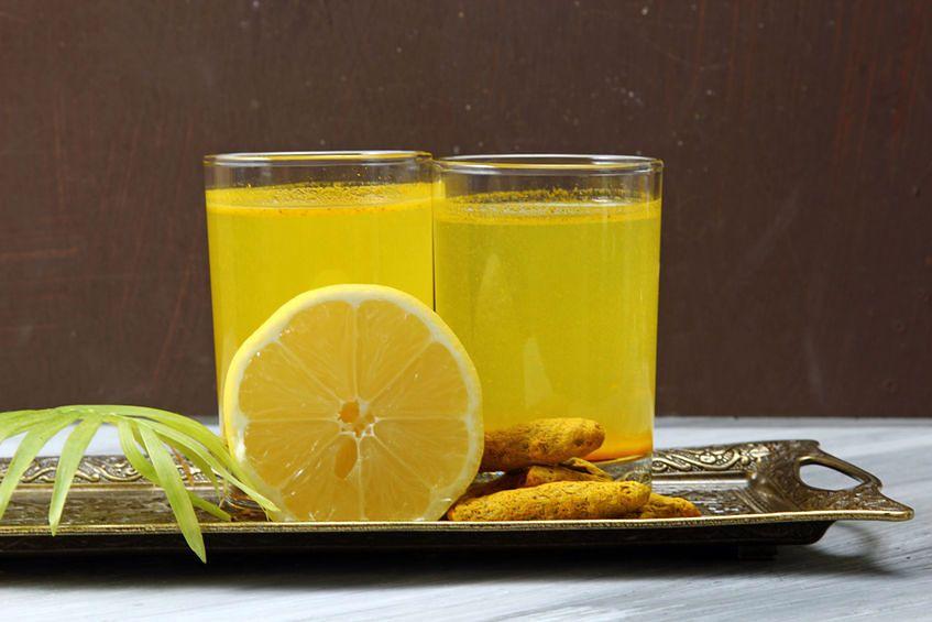 Woda z kurkumą, cynamonem i cytryną