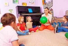 Przedszkolne zabawy, czyli jak popularne zabawy grupowe wpływają na rozwój dziecka