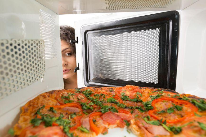 Przygotowywanie mrożonej pizzy