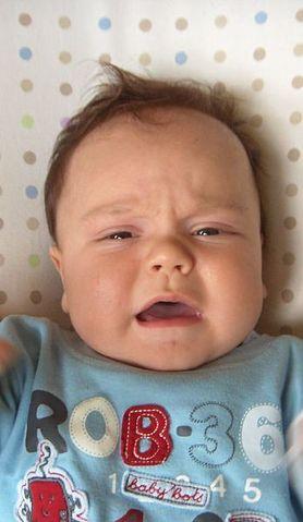 Maluszek płacze po karmieniu? Dowiedz się, co może być tego przyczyną