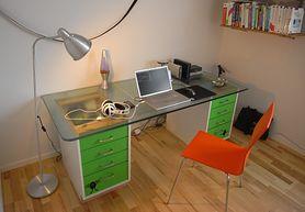 Wybierz wygodne biurko dla ucznia. Zobacz, jakie powinno być