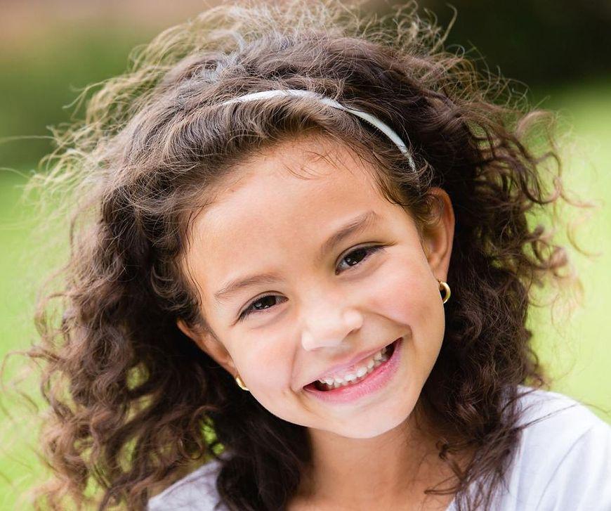 Fryzury dla dziewczynek z kręconymi włosami to często duże wyzwanie