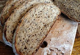 Chleb słonecznikowy na zakwasie jest zdrowy i łatwy do zrobienia. Upiecz go w domu!