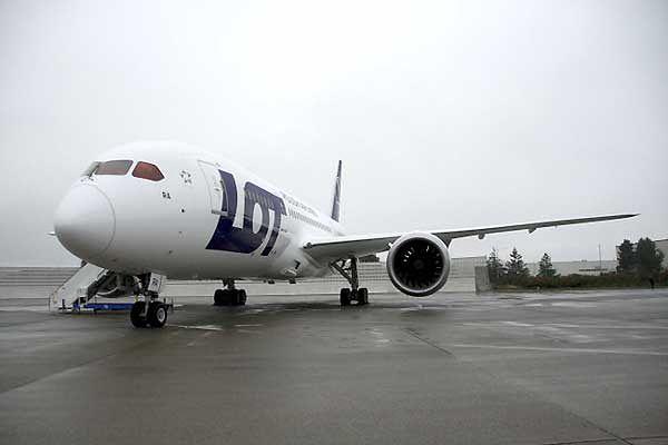 W Warszawie wylądował polski Dreamliner - pierwszy taki samolot w Europie