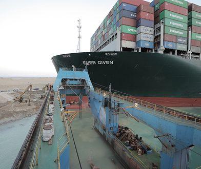 Gigantyczny kontenerowiec już może płynąć. Operacja w Kanale Sueskim