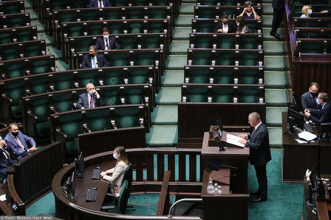 """Banaś w Sejmie o """"wyborach kopertowych"""". Posłowie PiS wyszli z sali"""