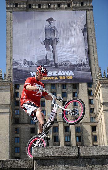Wjechał rowerem na Pałac Kultury i pobił rekord Guinnessa