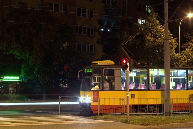 """Zbadają sprawę pobicia profesora UW. """"Do zdarzenia doszło w starym tramwaju, nie było monitoringu"""""""