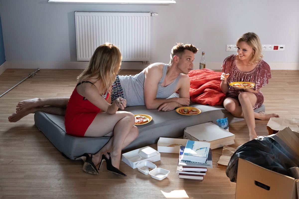 Na Wspólnej. Darek budzi się u boku dwóch prostytutek (odcinek 2988 - streszczenie)