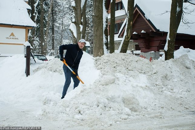 Właściciel nieruchomości ma obowiązek usuwania śniegu i lodu z chodnika, który położony jest wzdłuż jego nieruchomości