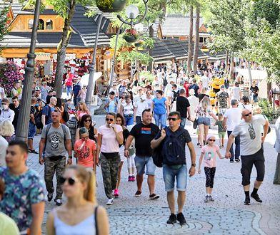 Tłumy na parkingach, ścisk na Krupówkach. W Tatrach możliwe obostrzenia