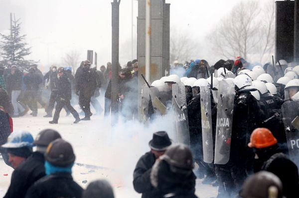 Starcia górników z policją przed siedzibą JSW