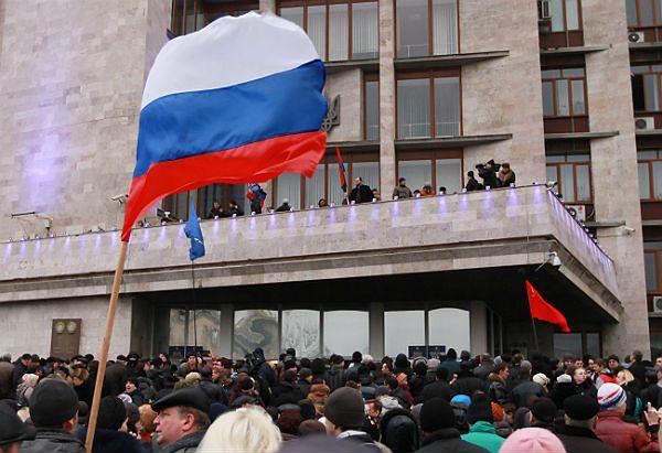 Wcześniej przy budynkach administracyjnych w Doniecku powiewały rosyjskie flagi, dziś znowu je zastąpiono na ukraińskie