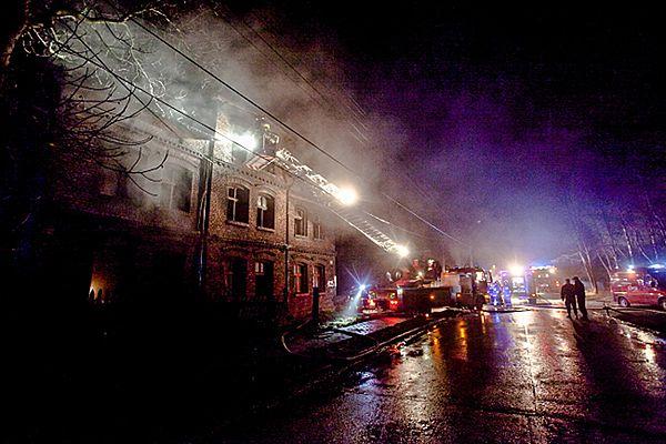 Strażacy podczas akcji gaszenia pożaru