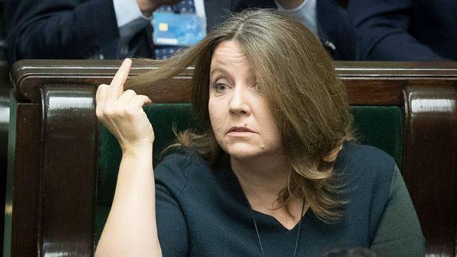 Joanna Lichocka pokazuje opozycji środkowy palec
