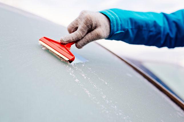 Skrobaczka, odmrażacz czy płyn do spryskiwaczy? Jak najlepiej usunąć lód z samochodu?