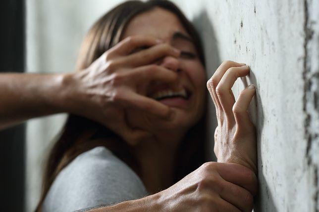 Napastował kobietę na klatce schodowej. Policja prosi o pomoc