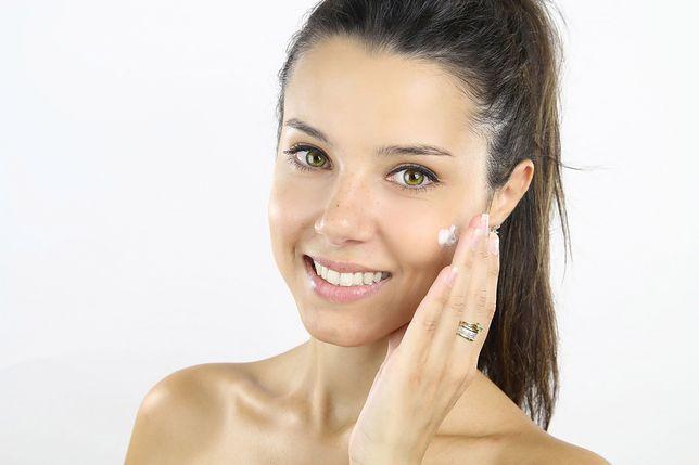 Zmiany w pielęgnacji. Idealne sposoby na wzmocnienie skóry twarzy podczas domowej izolacji
