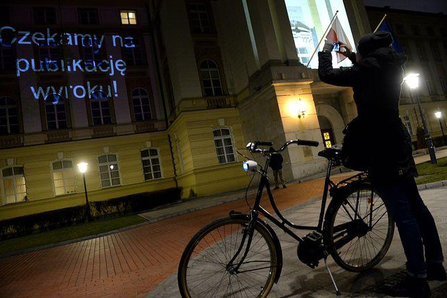 """Protest po kancelarią premiera trwa: """"publikuj wyrok Beata, publikuj wyrok!"""""""