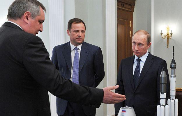 Wicepremier Rogozin (z lewej) rozmawia z prezydentem Putinem