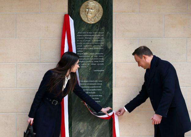 Prezydent Andrzej Duda i Marta Kaczyńska podczas ceremonii odsłonięcia tablicy poświęconej Lechowi Kaczyńskiemu