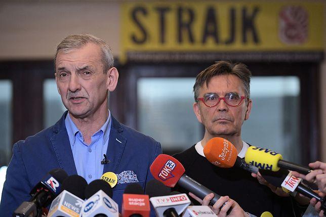 Szef ZNP Sławomir Broniarz (z lewej) zapowiedział kontynuacje strajku do momentu spełnienia postulatów nauczycieli.