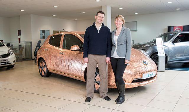 Pokryty monetami Nissan LEAF z okazji 100 000 egzemplarzy